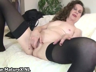 Experienced mom spreads her..