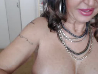 Horny Mature MILF Squirts On..